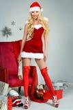 Schönes reizvolles Mädchen, das Weihnachtsmann-Kleidung trägt Lizenzfreie Stockfotografie