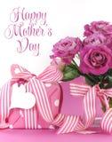 Schönes rosa Geschenk und Rosen auf rosa und weißem Hintergrund mit Beispieltext und Kopienraum für Ihren Text hier für Mutter-Ta Lizenzfreies Stockfoto