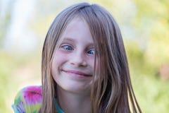 Schönes schielendes junges Mädchen draußen, Porträtkinder schließen oben Stockbilder