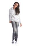 Schönes schwarzes Kursteilnehmermädchen in den Jeans und in der Strickjacke Stockbilder