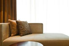Schönes Sofa in einem netten verzierten Wohnzimmer Stockfotografie