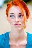 Schönes sommersprossiges Frauendenken der jungen Rothaarigen Lizenzfreie Stockfotografie