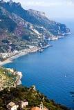 Schönes steiles Dorf des Costiera Amalfitana Stockfotos
