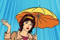 Schönes trauriges Mädchen im Regen mit Regenschirm, schlechtes Wetter Lizenzfreie Stockbilder