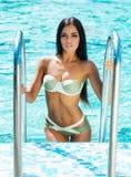 Schönes und sportliches Mädchen in einem Badeanzug nahe einem Pool Stockfotografie