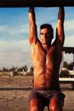 Schönes vorbildliches Italian-Mannhängen sorglos Stockbild