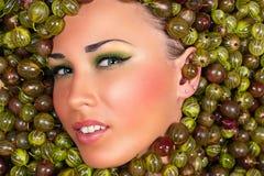 Schönes weibliches Gesicht der Mode in der Stachelbeere Lizenzfreies Stockfoto
