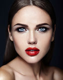 Schönes Zaubermodell mit neuem täglichem Make-up mit Stockbilder