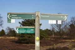 Schneverdingen Alemania - poste indicador en el brezo de Luneburg imagenes de archivo