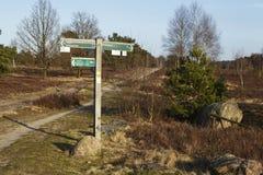 Schneverdingen Alemania - poste indicador en el brezo de Luneburg foto de archivo libre de regalías