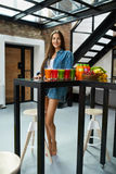 Schönheit der gesunden Ernährung mit frischem Juice Smoothie Indoors Stockbild