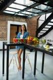 Schönheit der gesunden Ernährung mit frischem Juice Smoothie Indoors Lizenzfreies Stockbild