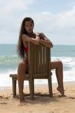 Schönheit in der Sonnenbrille und im roten Bikini auf Strand Art und Weiseblick Reizvolle Dame Stockfoto