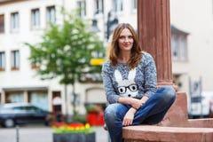 Schönheit, die an der Kamera in der deutschen Stadt aufwirft Stockbilder