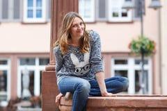 Schönheit, die an der Kamera in der deutschen Stadt aufwirft Stockfotos