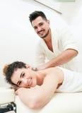 Schönheit, die eine entspannende Massage durch ihren Freund empfängt Stockfotos