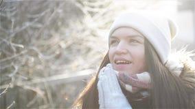 Schönheit, die versucht, ihre gefrorenen Hände mit einem Atem am Winter-Morgen im Freien zu wärmen Erstaunliches Mädchen mit eisi stock video