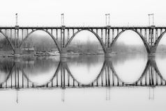 Schönheit von Architekturformen - gewölbte Brücke Stockfoto