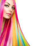 Schönheit vorbildliches Girl mit dem bunten Haar und Make-up Lizenzfreie Stockfotografie
