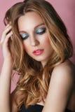 Schönheit vorbildliches Woman Face auf rosa glänzendem Hintergrund Vollkommene Haut Stockfoto
