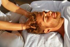 Schönheits-Frau, die Gesichtsmassage erhält Mann, der draußen entspannende Kopfmassage genießt schönheit Stockbilder