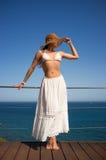 Schönheits-junge Frau, die Sunny Day genießt Stockfotografie