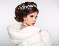Schönheits-Mode-Modell Girl im weißen Nerzmantel Hochzeit hairst Lizenzfreie Stockfotos