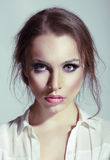 Schönheits-Porträt der jungen sinnlichen Frau Lizenzfreie Stockfotografie