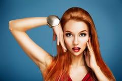 Schönheits-Porträt der sexy roten behaarten Frau Stockfoto