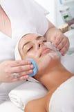 Schönheitsbehandlung am Kosmetiker Stockbilder
