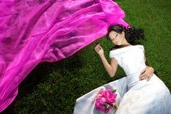 Schönheitsbraut mit einem langen purpurroten Schleier Stockfotos