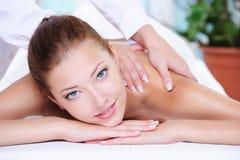 Schönheitsfrau, die Entspannung im Badekurortsalon erhält Stockfotografie