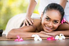 Schönheitsfrau, die Entspannung im Badekurortsalon erhält Lizenzfreies Stockfoto