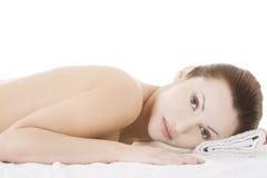 Schönheitsfrau, die im Badekurort sich entspannt Stockbilder