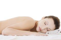 Schönheitsfrau, die im Badekurort sich entspannt Lizenzfreie Stockfotos