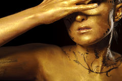 Schönheitsfrau mit goldener Haut Stockbilder