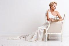 Schönheitsfrau mit Hochzeitsfrisur und -make-up Brautmode Schmucksachen und Schönheit Frau im weißen Kleid, perfekte Haut, blonde Lizenzfreie Stockbilder