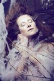 Schönheitsfrau mit kreativem bilden wie Kokon, Stockbild