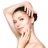 Schönheitsgesicht der Frau mit kosmetischer Creme auf Gesicht Stockfotografie