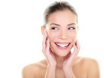 Schönheitshautpflegefrau, die schaut, um mit Seiten zu versehen glücklich Stockfoto