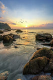 Schönheitslandschaft mit Sonnenaufgang über Meer Stockbilder