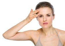 Schönheitsporträt der Frau Gesichtshaut überprüfend Stockbilder