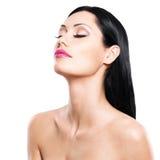Schönheitsporträt der hübschen Frau mit geschlossenen Augen Stockbild