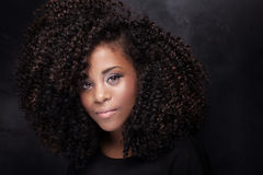 Schönheitsporträt des jungen Mädchens mit Afro Stockfoto