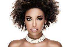 Schönheitsporträt des lächelnden Mädchens mit Afro Lizenzfreie Stockbilder
