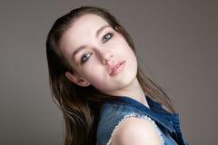 Schönheitsporträt eines weiblichen Mode-Modells Stockfotografie