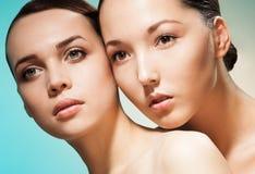 Schönheitsporträt mit zwei Frauen Lizenzfreies Stockbild
