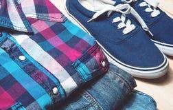 Schönheitsstillleben-Manntricks zufällige Kleidung und Zubehör auf hölzernem Hintergrund Stockbilder