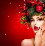 Schönheitszauberportrait des reizvollen vorbildlichen Gesichtes an der Art und Weisehaube von der Fuchspelznahaufnahme Lizenzfreie Stockbilder