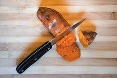 Schnitt der Süßkartoffel in Scheiben stockfoto